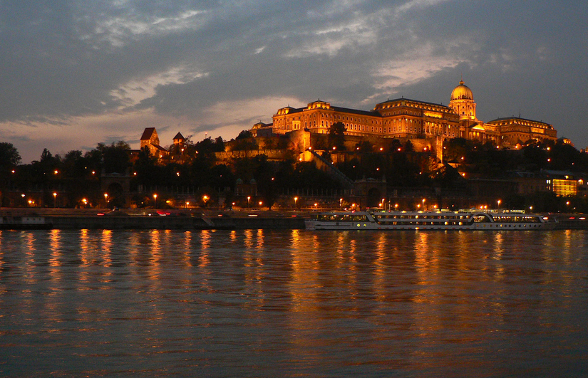 Walking-Cruise-at-Night-Budapest-with-River-Cruise-Aapo-Haapanen